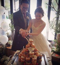 ウェディングケーキの代わりの演出ドーナツタワーが珍しくて可愛い   marry[マリー]