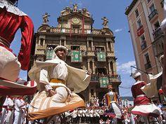 Comparsa de gigantes de Pamplona,bailando ante el ayuntamiento de dicha ciudad el 14 de Julio - Wikipedia, la enciclopedia libre