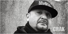 CRAK - In einem Arbeiterviertel der Hafenstadt Bremerhaven entdeckt der junge Gökdan Yüksek 1983 die Hip-Hop-Kultur für sich. Erst Breakdance, dann Graffiti, bis er 1989 schließlich das Mic ergreift, um unter seinem Künstlernamen Crak die Rapwelt aufzumischen.