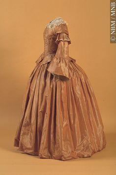 Robe 1857, 19e siècle Don de Muriel Grimmer, 1956 1956.48.1 Cet artefact appartient au : © Musée du Nouveau-Brunswick