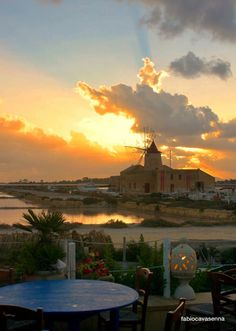 There's a #sunrise and a #sunset every single day, and they're absolutely free. (JW) #Marsala ph F.Cavasenna #visitsicilyinfo