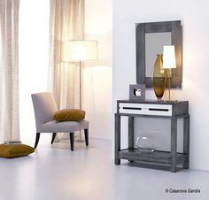 Espejo con detalles metálicos y consola fabricados en madera de fresno con cajones en blanco