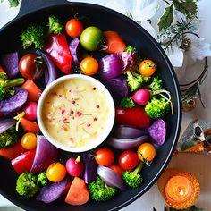 年末年始にカラフルお野菜をあたたかいままテーブルへ。主役級に華やかなので食べごたえ満足で腸内すっきりなのでありまーす。ただただ カラフルになるように野菜をチョイスするだけで華やか肝心なソースの方は、味...