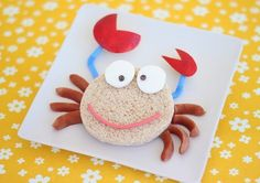 Crab sandwich for kids. Apple slices, hot dog, a sandwich, 1 marshmallow, 2 mini chocolate chips and a piece of liquorice candy. Easy Food Art, Cute Food Art, Creative Food Art, Food Art For Kids, Cooking With Kids, Food Art Lunch, Lunch Snacks, Lunch Box, Toddler Meals