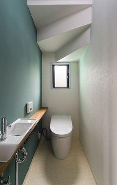 階段下にあるトイレ(見せる柱、仕切る柱) - バス/トイレ事例|リノベーション・リフォーム、注文住宅ならSUVACO(スバコ) 10 Marla House Plan, Understairs Toilet, Bathroom Under Stairs, Narrow Lot House Plans, Over Toilet, Downstairs Toilet, Minimalist Home Interior, House Stairs, Tiny House Living