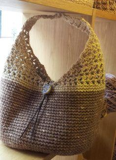 コクヨの麻ひもを染めて編みました。細編み+すかし部分が中長編みです。市販ボタンは木製で、留めるループはくさり編み。そのくさり編みには革を通してます*木製ダッフ...|ハンドメイド、手作り、手仕事品の通販・販売・購入ならCreema。