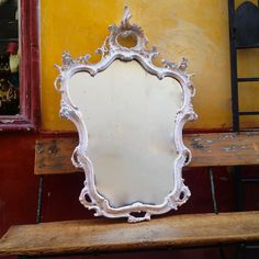 Cornice antico con specchio restaurato da Salamastra in negozio nel centro storico.