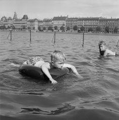 Børn pjasker i Søerne på en varm sommerdag, 1955. Herlige billeder: Sol og sommer i gamle dage i København - Byliv | www.aok.dk