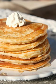 Best classic pancake recipe made with very basic ingredients. This is a no-fail recipe for mouthwatering pancakes that will please everyone! Pancakes Easy, Breakfast Pancakes, What's For Breakfast, Pancakes And Waffles, Breakfast Dishes, Breakfast Recipes, Fluffy Pancakes, Vanilla Pancakes, Pancakes For One