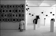 Una signora, evidentemente molto interessata, visita una mostra d'arte contemporanea a Gerusalemme nel 1990: da uno dei grandi reportage di Micha Bar Am