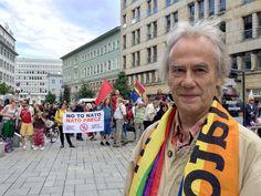 Am Samstag sind Tausende von Polen in Warschau auf die Straße gegangen, um gegen den aktuellen Nato-Gipfel zu demonstrieren. Die Teilnehmerzahl wurde auf etwa 15.000 Personen geschätzt.