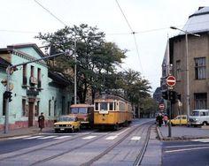 1970-es évek Bácska utca Hubay Jenő tér felől. Jobbra a 15. kerületi Tanács (15. kerületi Városháza) épülete. Szemben egy 10/a járatszámú villamos, mellette egy zárt Robur teherautó. (Ilyen színnel ekkortájt pékárut szállítottak.)A háttérben aMAGYAROK NAGYASSZONYA TEMPLOM.