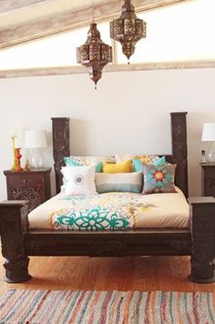 bed Indian made out of Sheesham wood and hand-carved with intricate floral details. Pillars are inspired by rajasthanian castles located in the north of India.