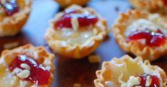 Raspberry Brie Tartlets With Mini Phyllo Shells, Brie Cheese, Raspberry Jam, Chips Wonton Appetizers, Brie Appetizer, Quick Appetizers, Finger Food Appetizers, Appetizer Recipes, Snack Recipes, Cooking Recipes, Snacks, Easy Recipes