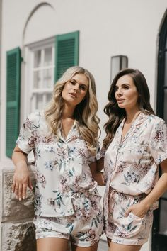 The exclusive Le Rose luxe satin robe is available in four colours with a lace trim. The perfect gift for your bridesmaids on the morning of your wedding. You will all look gorgeous in your wedding prep photos Etsy Bridesmaid Gifts, Bridesmaid Pyjamas, Bridesmaids, Satin Pj Set, Sleep Set, Bridal Sets, Lace Back, Looking Gorgeous, Parisian