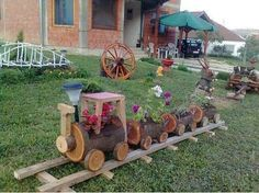 decoratiuni 3   Train plant container holder made from logs.. makes great yard decorations.