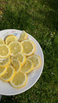 Oggi vi svelo un segreto, sono un amante del limone I benefici del limone sono dati principalmente dall'acido citrico, limonene, pinene, vitamina C. Il limone però contiene altre sostanze benefiche come vitamina A, B, PP, fosforo, calcio, rame, manganese e zuccheri.  Il limone varie proprietà: •depurativo •disintossicante •Aiuto la lotta contro l'arteriosclerosi e ipercolesterolemia •antibatterico •antimicrobicho  Insomma un agrume con i fiocchi
