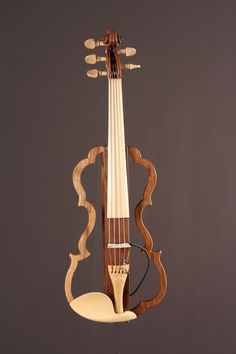 Violon de Donald Spinas, École nationale de lutherie, 2014 Electric Cello, Electric Daisy, Music Notes Art, Pathfinder Character, Violin Sheet Music, Wood Carving Art, Clarinet, Banjo, Musical Instruments