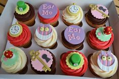 Little Paper Cakes: Alice in Wonderland/Mad Hatter's Tea Party Cupcakes Cupcakes Fondant, Tea Party Cupcakes, Disney Cupcakes, Themed Cupcakes, Alice In Wonderland Cupcakes, Alice In Wonderland Tea Party Birthday, Wonderland Party, Mad Hatter Cake, Mad Hatter Tea