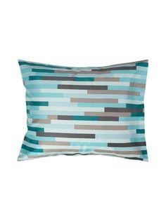 Graafisen kuvioinnin somistama tyynyliina on miellyttävän tuntuista puuvillasatiinia.