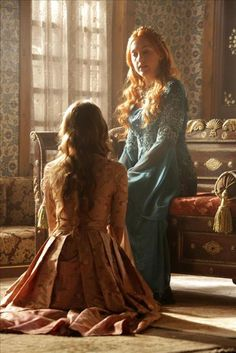 Hurrem is in her room looking at a document, when Sumbul arrives. He tells her that as she ordered he showed the textiles to Mihrimah, but that she did not even look Turkish Fashion, Turkish Beauty, Girl Photo Poses, Girl Photos, Sultan Suleyman, Meryem Uzerli, Kosem Sultan, Ottoman Empire, Turkish Actors