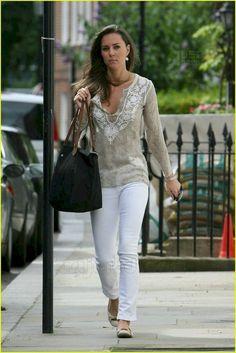 Kate Middleton with Longchamp bag Estilo Kate Middleton, Kate Middleton Style, White Slacks, White Jeans, Royal Fashion, New York Fashion, Looks Style, My Style, Royal Style