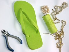 diy rubber green flip flops embellishment needed materials Flip Flops Diy, Flip Flop Craft, Flip Flop Sandals, Summer Slippers, Summer Shoes, Summer Sandals, Decorating Flip Flops, Casual Fashion Trends, Wedding Shoes
