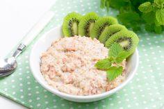 Owsianka z suszonymi gruszkami i kiwi. Pyszny pomysł na pożywne śniadanie #intermarche #owsianka #śniadanie