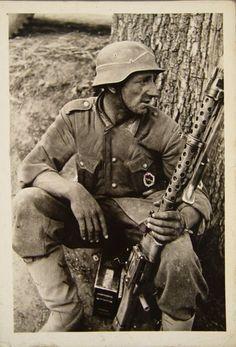 A German soldier with an MG34 machine gun, Jedem das seine Mehr