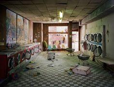 Il mondo alla fine del mondo esplode di colori, ricostruito dai particolari. All'insegna della staged photography, l'americana Lori Nix espone - fino al 19 febbraio - alla Paci Contemporary di Brescia una trentina di diorami, una serie di paesaggi miniaturizzati post-catastrofe.