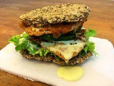 """Filix!! 💛💛💛 Base e topo s/ glúten de aveia com duas camadinhas de hambúrguer de soja, muito pimentão verde, molho de creme de leite de coco e outro de """"bolonhesa"""" de soja, alface (né?), manjericão e umas tirinhas de berinjela que passei na páprica para defumar e ficar crocante. #vegan #vegansofinstagram #vegansofig #veganfoodporn #veganfood #plantbased #fitness #govegan #veggie #vegetarian #whatveganseat #veganlife #crueltyfree  Yummery - best recipes. Follow Us! #veganfoodporn"""