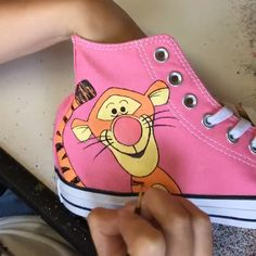 Tigger hand painted pink converse trainers Pink high top converse hand painted with a cute tigger design – Disney Crafts Ideas Converse Haute, Diy Converse, Painted Converse, Painted Sneakers, Converse Trainers, Custom Converse, Painted Jeans, Custom Sneakers, Pink Trainers Outfit