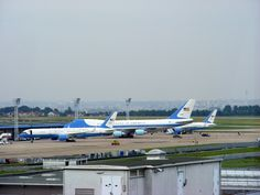 Image issue du site Web http://upload.wikimedia.org/wikipedia/commons/9/9b/Air_Force_One_and_Air_Force_Two_at_Paris_Orly.jpg