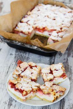 Ein Rezept für Quarkkuchen mit Erdbeeren und Streusel. Zutaten: Boden und Streusel: 250 g Mehl 5 EL Zucker 1 TL Backpulver 160 g kalte Butter 1 Ei Quarkmasse: 800 g Quark 205 g Zucker 1 Pck. Puddingpulver, Vanille Geschmack (37 g) 1 Pck. Vanillinzucker 1 Ei