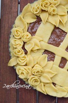 DECORAZIONI IN PASTA FROLLA Pie Dessert, Dessert Recipes, Bakery Recipes, Cooking Recipes, Creative Pie Crust, Beautiful Pie Crusts, Nutella Pie, Rodjendanske Torte, Pie Crust Designs