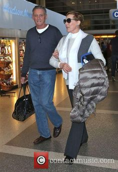 Julie Andrews arrives at Los Angeles Julie Andrews Young, Eliza Doolittle, Fair Lady, English Actresses, Sound Of Music, Classic Movies, Classic Hollywood, Beautiful Actresses, Cymru