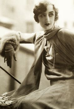 Dress by Lucien Lelong, 1925 Dark Make up Timeless Beauty, Timeless Fashion, Retro Fashion, Vintage Fashion, 1920s Fashion Photography, Vintage Photography, Vintage 20s Dresses, Vintage Outfits, Belle Epoque