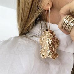There is 0 tip to buy jewels, statement earrings, gold jewelry, earrings. Help by posting a tip if you know where to get one of these clothes. Statement Jewelry, Gold Jewelry, Jewelry Box, Jewelry Accessories, Fashion Accessories, Fine Jewelry, Fashion Jewelry, Jewelry Design, Jewellery
