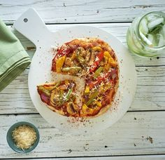 Friday nights without pizza just wouldn& be the same! For a quick and healthy alternative to greasy store bought pizza try this veggie pizza recipe that will leave you feeling nourished and guilt free. Vegetarian Recipes, Healthy Recipes, Vegetarian Pizza, Yummy Recipes, Grilled Vegetables, Veggies, Healthy Foods To Eat, Healthy Snacks, Canning Crushed Tomatoes