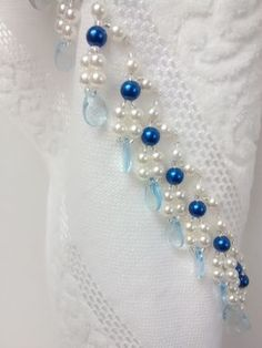 Toalha de mão (33 x 50 cm) em algodão, da marca Karsten, Bordada com pérolas ABS, miçangas e acrílico. Toalha na cor Branca e Pérolas Azul..