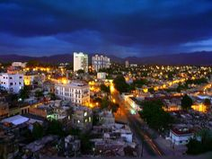 Santiago de cuba al atardecer.jpg > View of Santiago de Cuba and sky at night.
