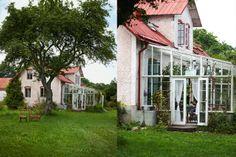 Växthus vid husvägg.