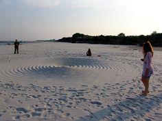 """I CERCHI SULLA SABBIA o """"SAND CIRCLES"""" -  Scherzo? Fenomeno geologico? O manifestazione extraterrestre?  Ogni volta che appaiono i misteriosi crop circles, le domande sono sempre le stesse, i cerchi nel grano che da anni compaiono sono sempre oggetto di interesse e stupore, ma quello che si è manifestato sulle spiagge di...Continua su: https://www.facebook.com/misterinelweb/photos/a.243239655797650.55015.176928892428727/245198082268474/?type=1&theater"""