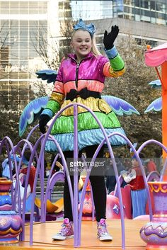 JoJo Siwa Leggings - JoJo Siwa contrasted her colorful coat with plain black leggings. Jojo Siwa, Costume Halloween, Macys Thanksgiving Parade, I Love You Girl, Girl Fashion Style, Dance Moms, Lily, Justice Stuff, Pictures