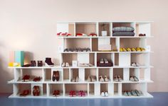 ARIE shelf by Arik Levy and light SEAM TWO in pastel tones by Mark Holmes in store of shoe label Lika Mimika in Frankfurt. / www.e15.com #e15 #white #retailinterior