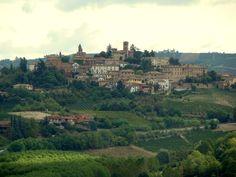 Läckra medeltida byn Neive i Piemonte. Hela luften andas vindruvor.