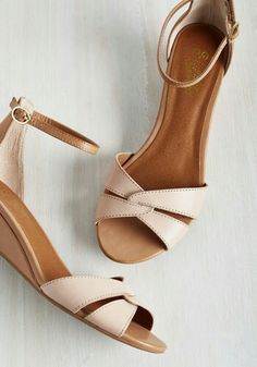 If you want to find very comfortable wedding shoes you have two top choices, one is to wear cowgirl wedding boots (as many of our readers choose). However, cowgirl boots aren't for everyone, even i… Shoes Flats Sandals, Shoe Boots, Bow Shoes, Vintage Heels, Retro Vintage, Cute Shoes, Me Too Shoes, Unique Heels, Wedding Boots