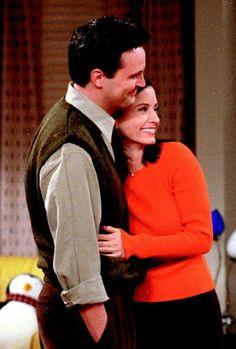 Chandler and Monica Friends TV Show Serie Friends, Friends Cast, Friends Moments, Friends Tv Show, Friends Forever, Chandler Friends, Joey Friends, Friends Episodes, Chandler Bing