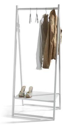 Käytännöllinen vaaterekki vaatteiden säilytykseen. Rekin alaosassa taso esim. kengille ja laukuille.