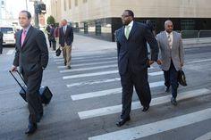 Den före detta borgmästaren Kwame Kilpatrick lämnar domstolsbyggnaden tillsammans med sina advokater.